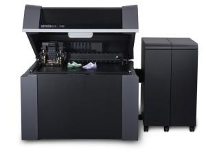 La stampante 3D PolyJet Stratasys J750 con prototipi di calzature