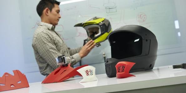 Prototipo di casco in ufficio tecnico con Stratasys F123