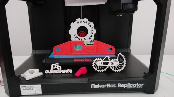 "stampante 3d Makerbot Replicator 5th di IPSIA ""Guastaferro"""
