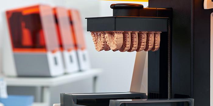 stampante 3d per materiali biocompatibili - formlabs form 3 b - modello denti stampa 3d resina