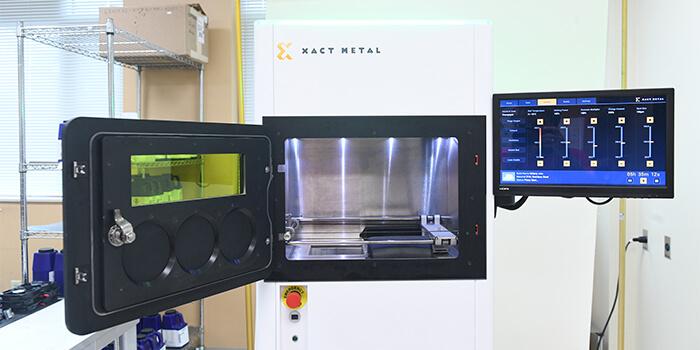 Stampante 3D a polvere di metallo XM200S: camera di stampa e pannello operatore